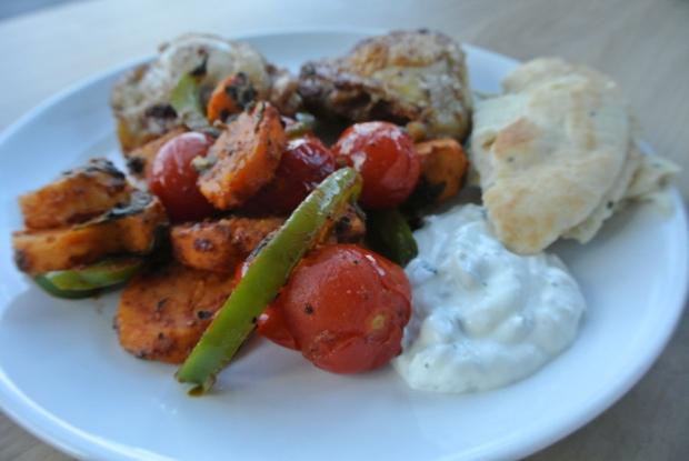 kip met baharat, groenten en yoghurt